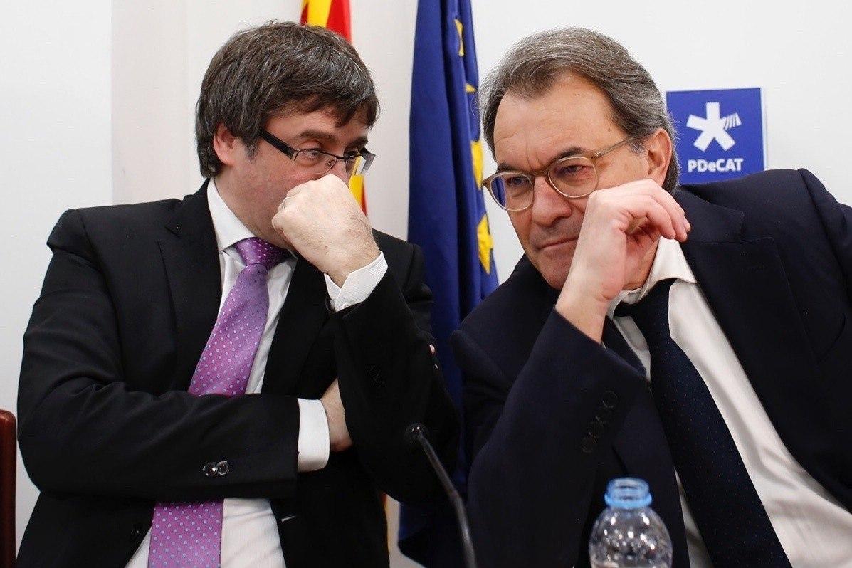 El presidente de la Generalitat, Carles Puigdemont, y el ex presidente catalán, Artur Mas.