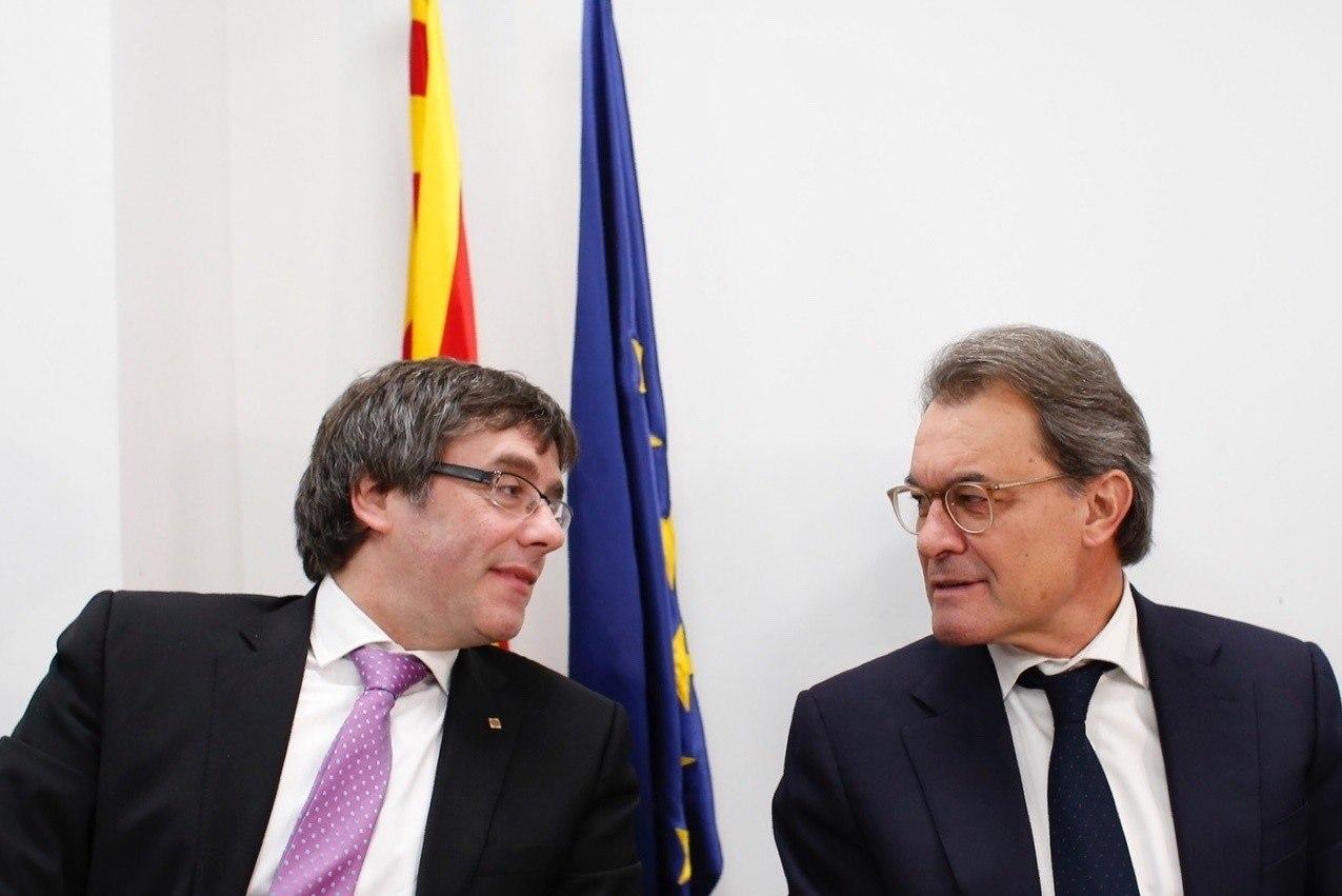 El presidente de la Generalitat, Carles Puigdemont, y el ex presidente catalán Artur Mas.