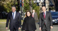 El nuevo delegado del Gobierno en Euskadi, Javier de Andrés, la vicepresidenta del Gobierno, Soraya Sáenz de Santamaría, y Carlos Urkijo, momentos antes del acto de toma de posesión.