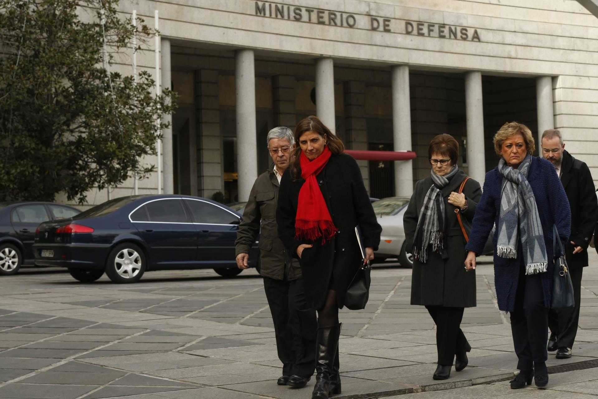 Representantes de la asociación de familiares de las víctimas del accidente del Yak-42, tras su reunión con Cospedal este enero.