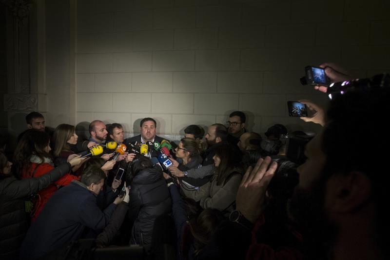 El vicepresidente de la Generalitar, Oriol Junqueras, atiende a los medios.