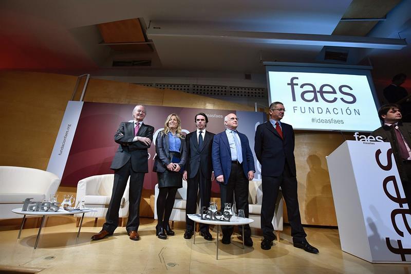 José María Aznar (c) acompañado de Josep Piqué, Rocío Albert (2i), Javier Zarzalejos (2d) y Alberto Ruiz Gallardón (d).