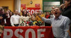 Un grupo de militantes críticos con la Gestora del PSOE, durante la reunión.