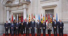 Los presidentes autonómicos, junto a los miembros del Gobierno y el rey Felipe VI.