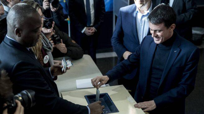 Manuel Valls vota en las primarias de los socialistas franceses.
