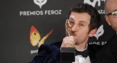 """El actor y realizador Raúl Arévalo, tras recibir el Premio Feroz a la """"Mejor Dirección"""" por su trabajo """"Tarde para la ira""""."""