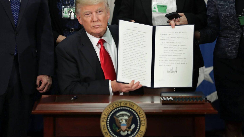 Trump, tras la firma de una orden ejecutiva.