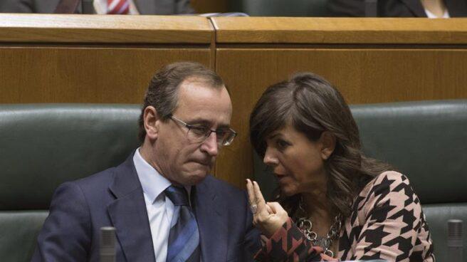 El presidente del PP vasco, Alfonso Alonso, y la parlamentaria, Nerea Llanos.