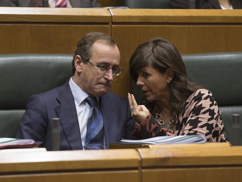 El presidente del PP vasco, Alfonso Alonso, y su secretaria general, Nerea Llanos.