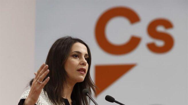 La líder de Ciudadanos en Cataluña, Inés Arrimadas, busca el voto del PP para su moción de censura a Puigdemont