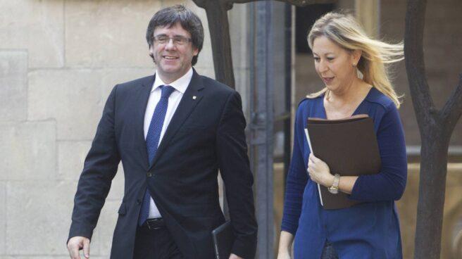 El presidente de la Generalitat, Carles Puigdemont, junto a la consellera de Presidencia, Neus Munté.