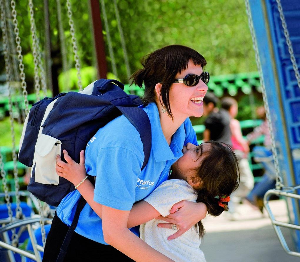 Una cooperante de La Obra Social La Caixa en una acción con la infancia.