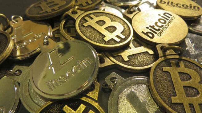 Representación física de unos bitcoins.