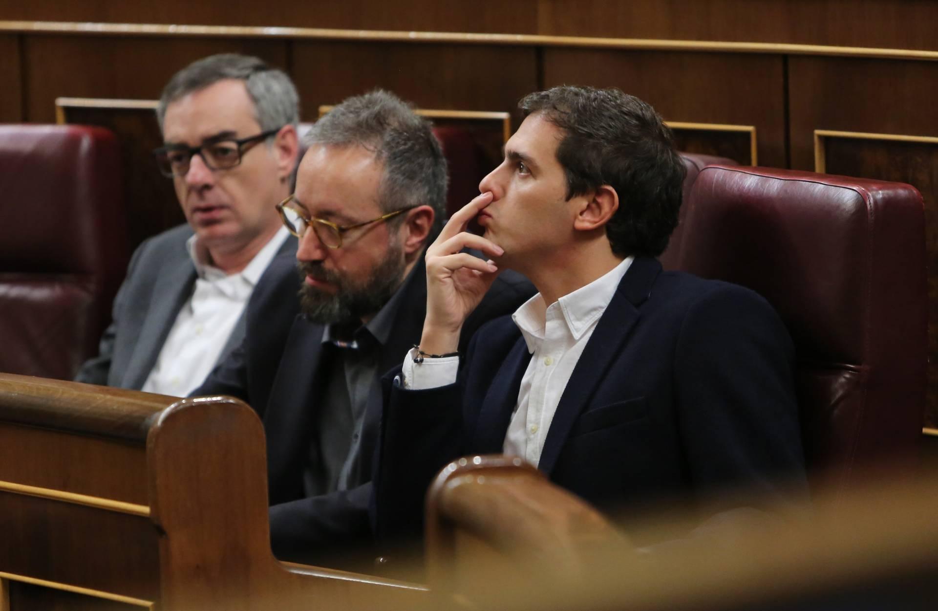 El presidente de Ciudadanos, Albert Rivera, junto a otros miembros de su grupo parlamentario en el Congreso de los Diputados.