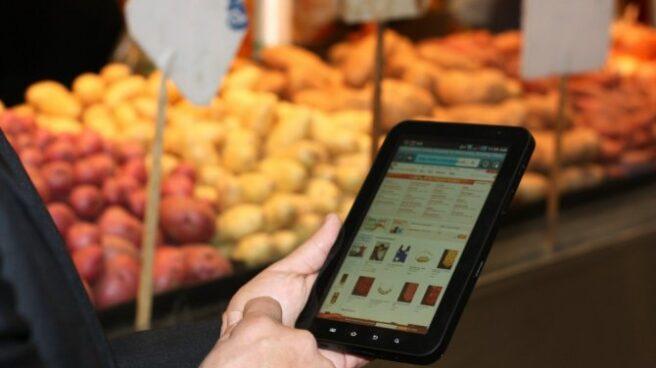 Un usuario realiza una compra a través de su tableta.