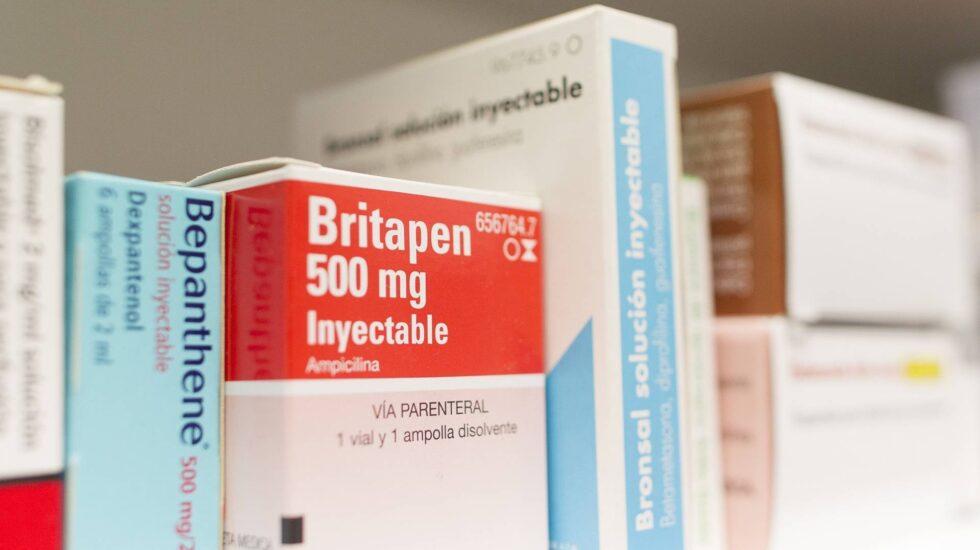 Estantería de una farmacia con medicamentos.