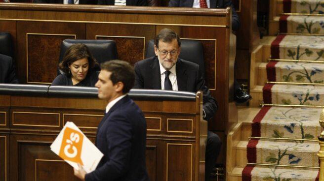El líder de Ciudadanos, Albert Rivera, pasa por delante de Mariano Rajoy en el Hemiciclo.