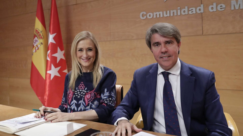 El consejero Ángel Garrido junto a la presidenta de la Comunidad de Madrid, Cristina Cifuentes.