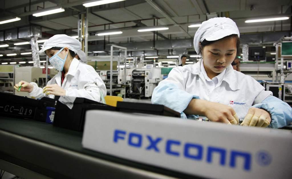 Una de las trabajadoras de Foxconn en una fábrica de la compañía.
