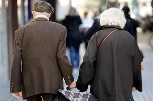 Dos jubilados caminando juntos.
