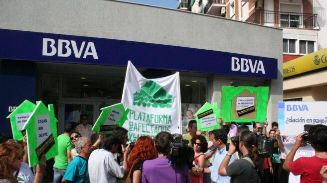 Protesta anti-desahucios frente a una sucursal del BBVA en Málaga.