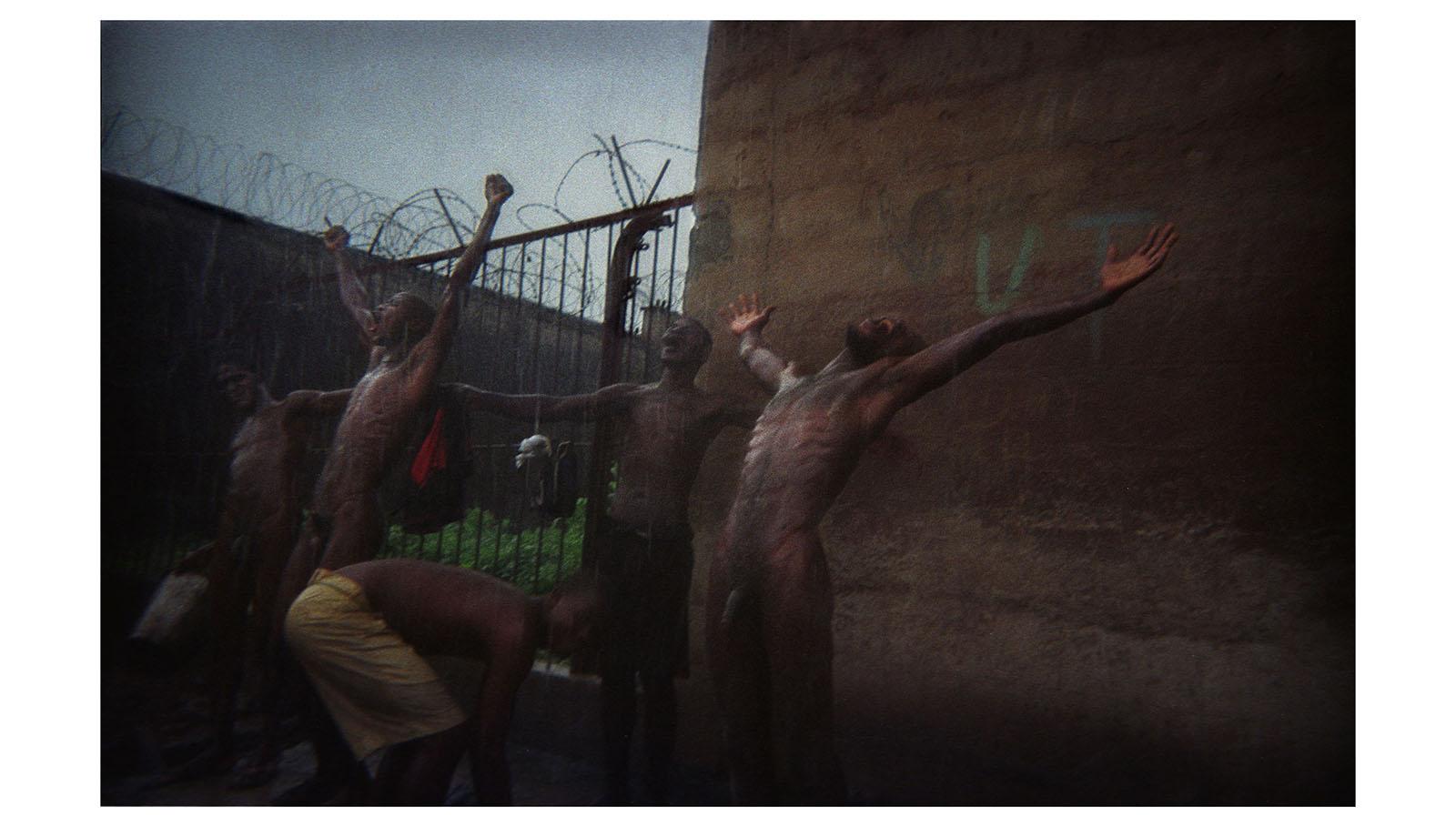 Uno de los principales problemas en las prisiones africanas es la falta de agua corriente. En ese contexto, el cubo de agua potable se vende a 1000 leones y la temporada de lluvias supone para los presos la posibilidad de lavarse.