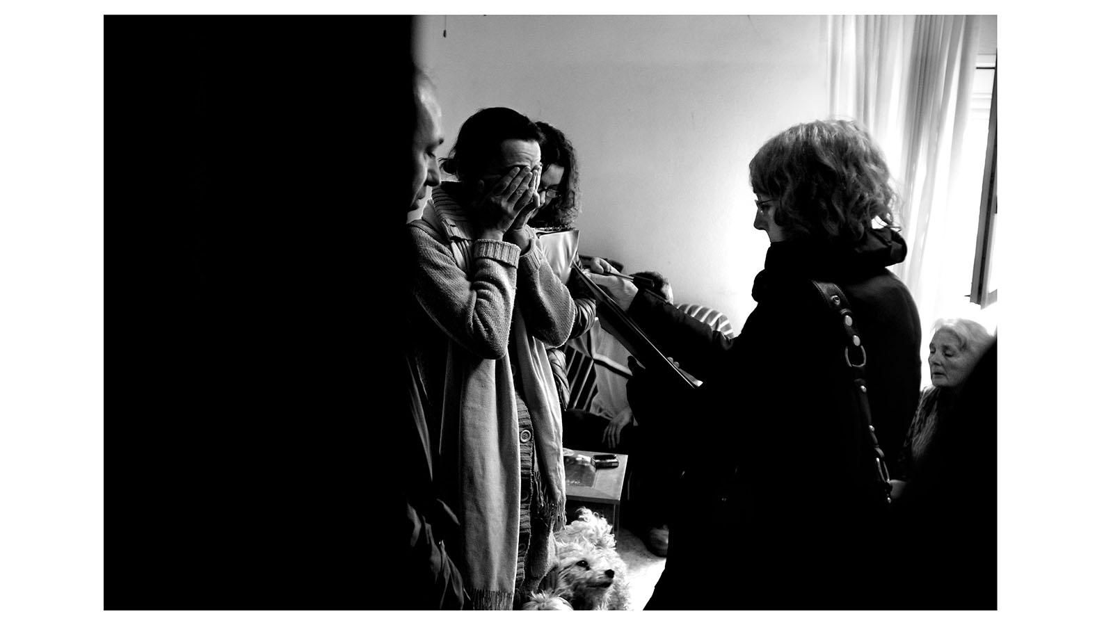 El aumento de desahucios, es una de las consecuencias que evidencian la crisis en España. Esta imagen capta el momento en el que la comisión judicial notifica a Loli que, junto a su madre de 70 años y su hermano, serán desahuciados en ese mismo momento de su casa, en régimen de alquiler social gestionado por la Comunidad de Madrid.