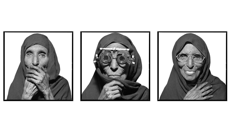 En el desierto mauritano las condiciones de vida son duras. Quienes viven allí soportan temperaturas extremas, así como largas horas de exposición al sol, lo que provoca serias lesiones oculares. A pesar de ello, la persona retratada no sólo refleja el paso de los años y de las agresiones climáticas en su piel, sino también su alegría al comprobar que con unas simples gafas su problema de visión mejora.