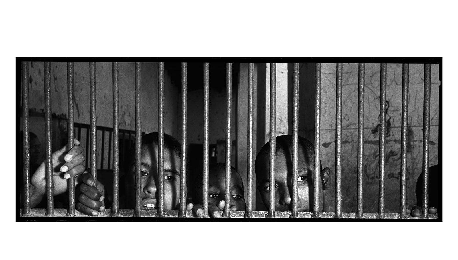 Niños y jóvenes de Mauritania internados en la cárcel, alejados de sus familias y ajenos a la Convención sobre los Derechos de la Infancia que su país suscribió en 1990. Conviven entre gritos, golpes y abusos, a lo que se suma la escasez de agua potable y la carencia de unas condiciones sanitarias mínimas.