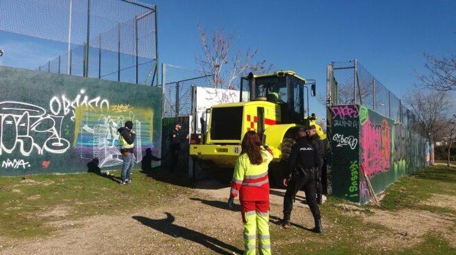 Durante la operación, el operativo de la Policía demolió la cabaña en la que se reunían los detenidos.