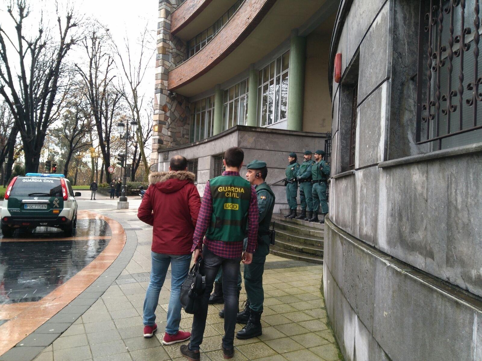 Agentes de la UCO registran la sede de UGT en Asturias.