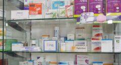 Medicamentos en la estantería de una farmacia.