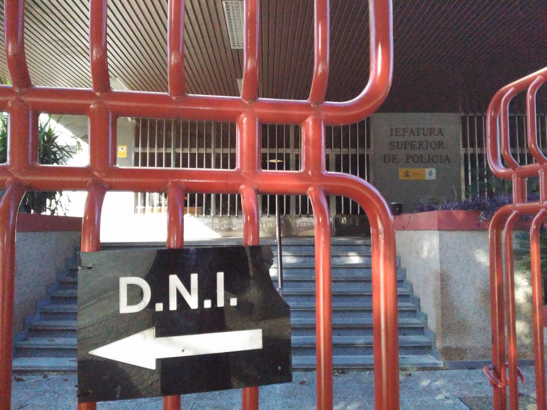 Cartel indicador de la oficina de renovación del DNI en la Jefatura Superior de Policía de Andalucía Occidental, en Sevilla.