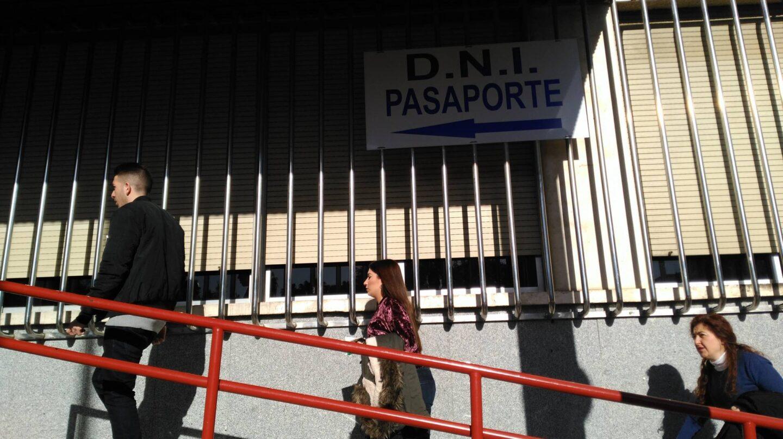 Ciudadanos, accediendo a la jefatura superior de Policía de Andalucía Occidental, en Sevilla, a renovar el DNI en una imagen de archivo.