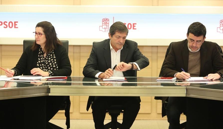 Javier Fernández y Mario Jiménez en la reunión de la Gestora del PSOE en Ferraz