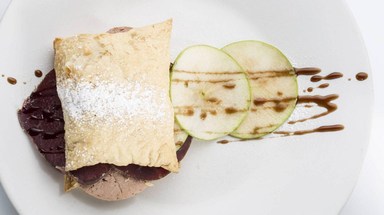 Hojaldre de foie con cecina y manzana, de Défilé Café.