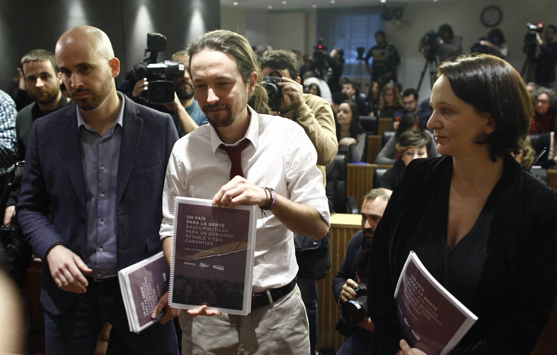 El secretario de Economía de Podemos, Nacho Álvarez, el secretario general de Ahora Podemos, Pablo Iglesias, y la Secretaria General del Grupo Parlamentario Unidos Podemos -ECP-EM, Carolina Bescansa.