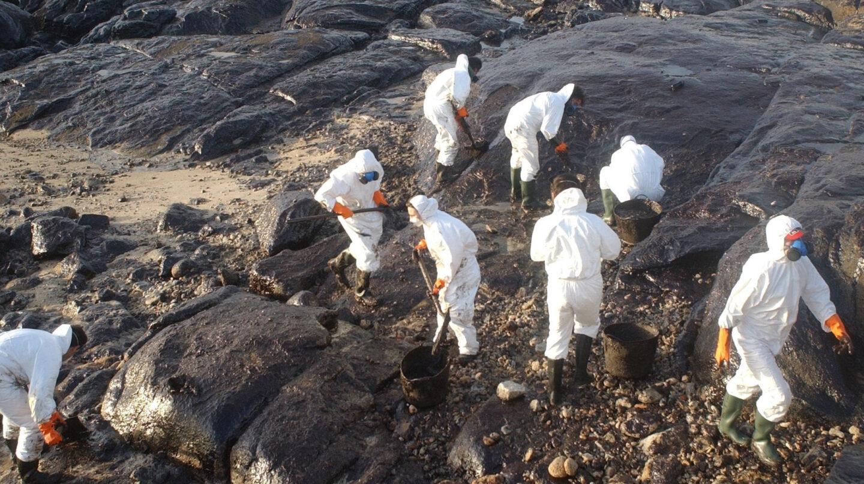 Voluntarios recogiendo chapapote en las costas de Galicia tras el vertido del Prestige.