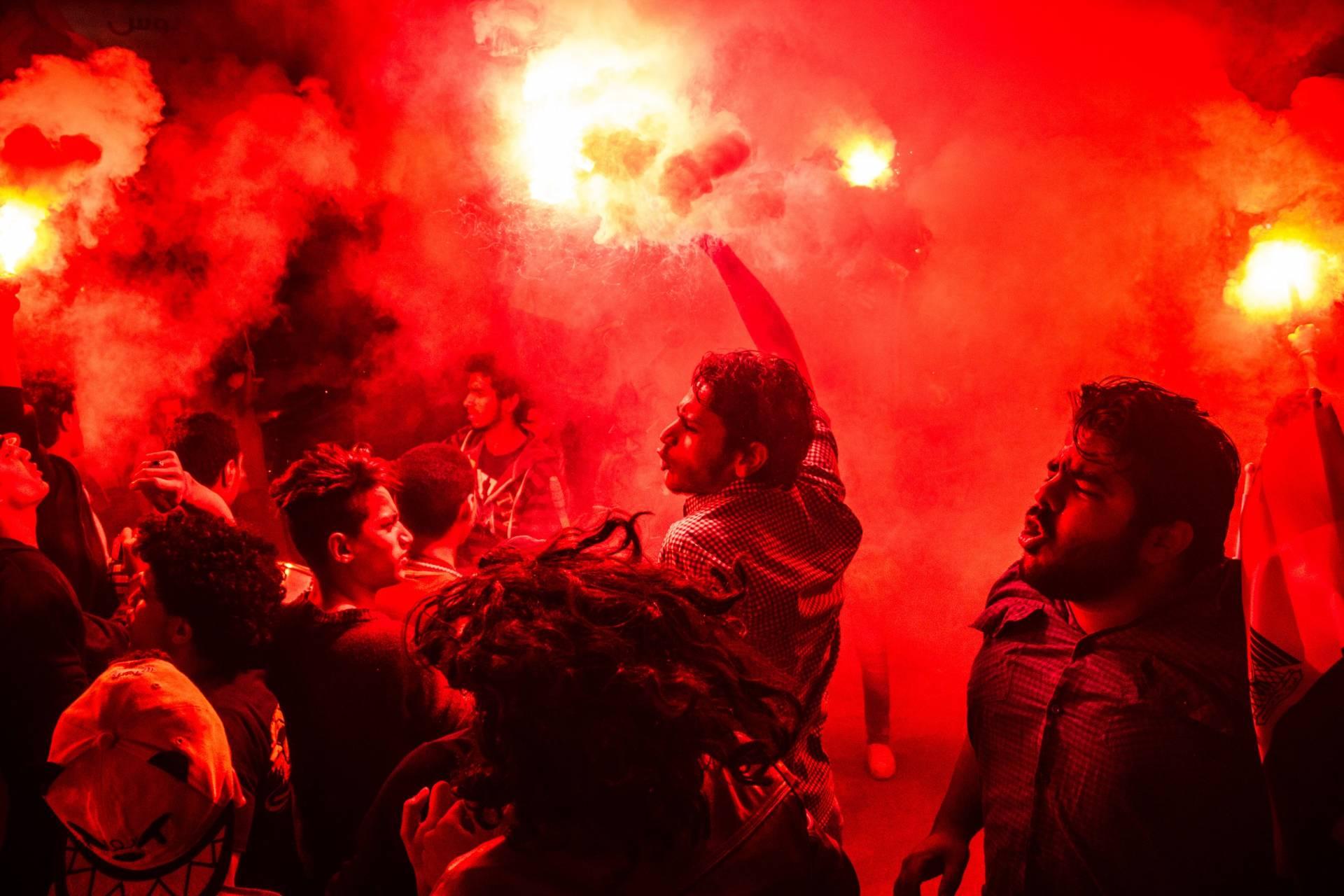 Jóvenes protestan en las calles de El Cairo