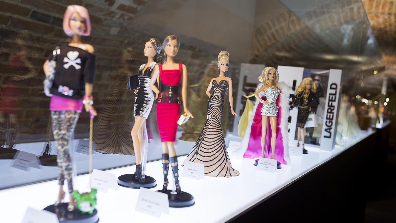 En la exposición se pueden ver muñecas Barbie vestidas por múltiples firmas de moda.