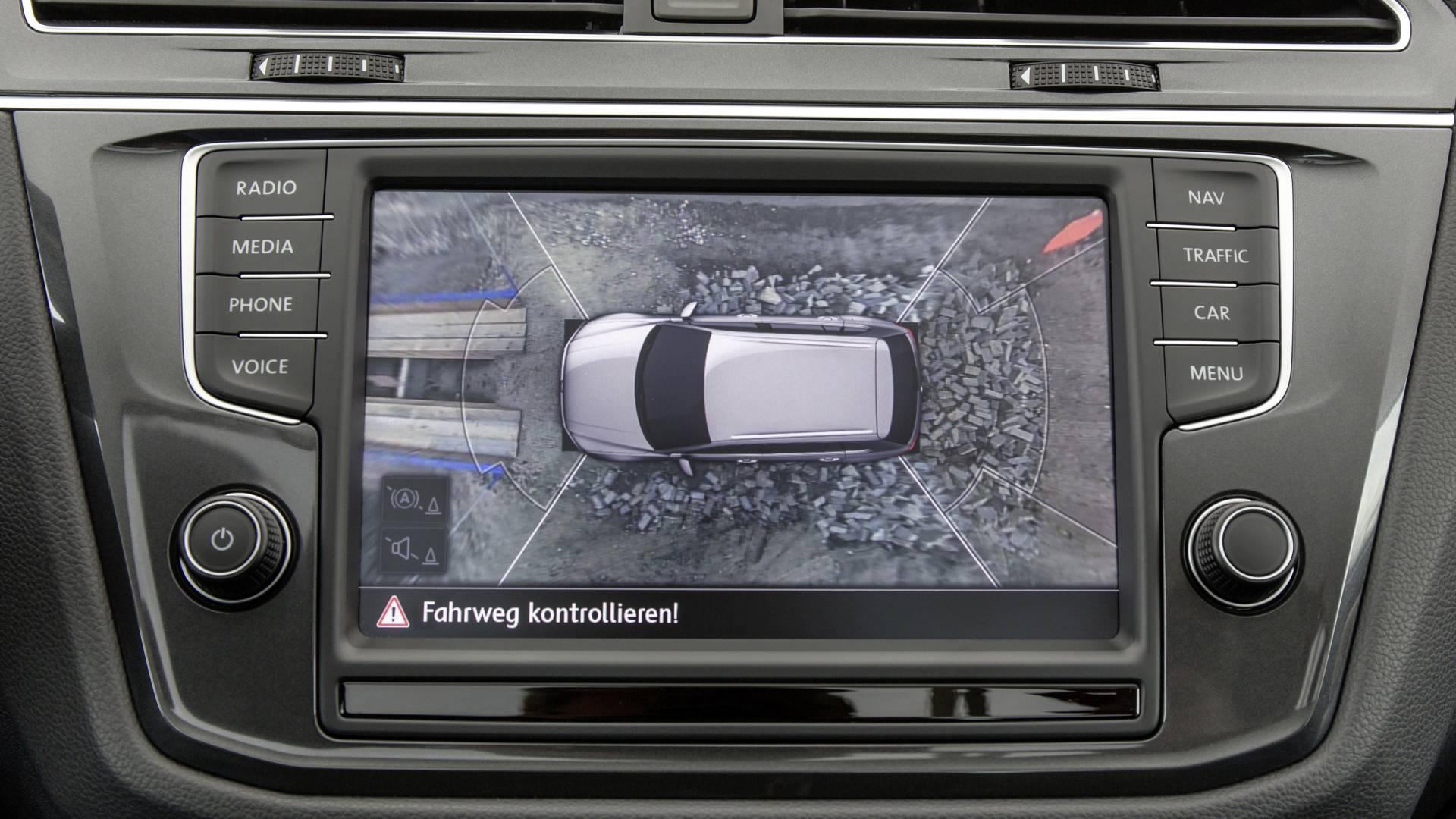 Cuatro cámaras de vídeo aportan una visión perimetral del vehículo (360º) en la pantalla. Estas cámaras van situadas en, el paragolpes delantero, portón trasero y en carcasa de los retrovisores exteriores.