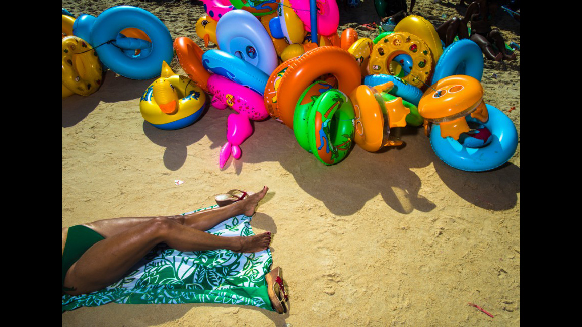 Una mujer tumbada en una playa de Brasil. © Joao Castellano / ©Native Agency