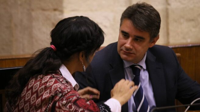 Juan Moreno Yagüe junto a la líder de Podemos Andalucía, Teresa Rodríguez.
