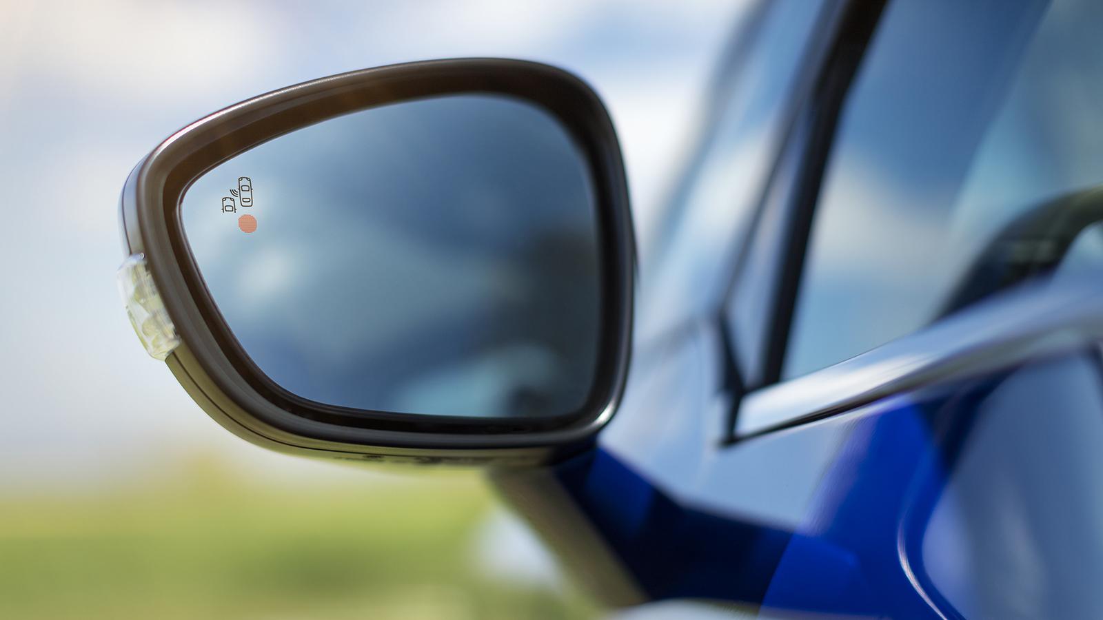 El sistema de vigilancia del ángulo muerto emite una alerta visual en los retrovisores exteriores para avisar de la presencia de un vehículo en esa zona que se escapa de la visión del conductor.