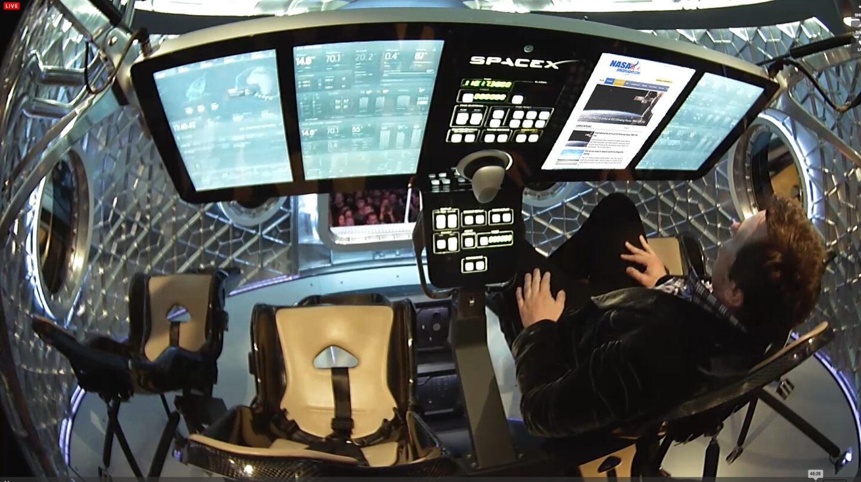 Elon Musk, a los mandos de un prototipo de la nave espacial.