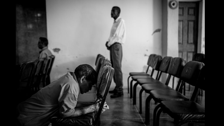 Un grupo de exconvictos rezan en la iglesia evanglista de Guatire, cerca de Carcaras. Ahora, un centro de rehabilitación y reinserción. © Alejandro Cegarra / ©Native Agency