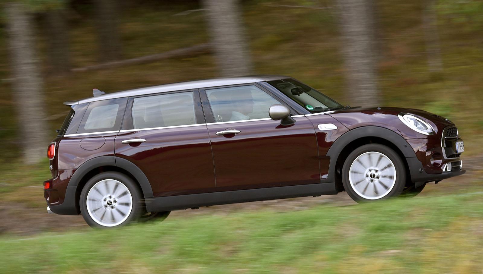 Su tacto de conducción permanece fiel a la filosofía de Mini. No es tan ágil en curva como en modelo de 3 puertas, pero a cambio resulta más cómodo.