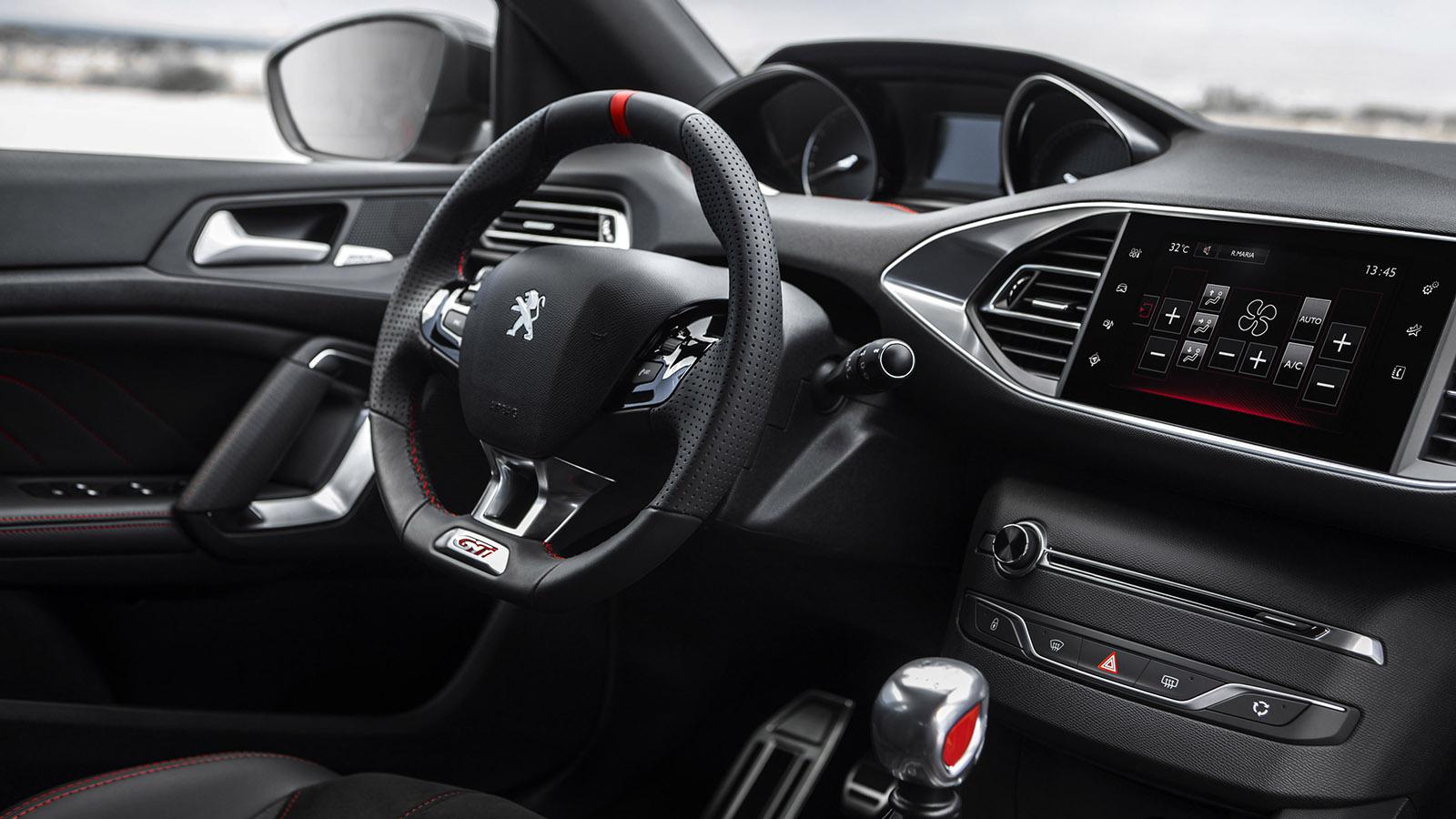 Conserva el cuadro de instrumentos elevado (i-Cockpit) para que se vean sus informaciones por encima del compacto volante, característico de los últimos Peugeot.