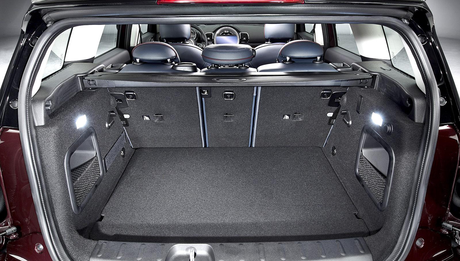 El maletero tiene 360 l de capacidad, volumen ampliable hasta los 1.250 l abatiendo los respaldos de los asientos traseros.