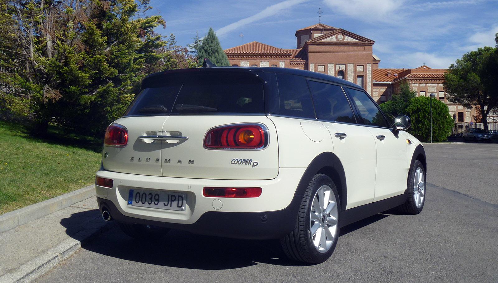 El Mini Cooper D Clubman automático monta un motor diésel de 2 litros (150 CV) acoplado a una caja de cambios automática de 8 relaciones. Su velocidad máxima es de 212 km/h.